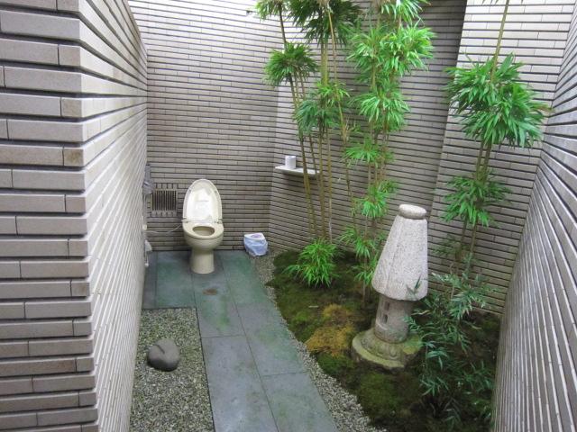 レスト有情  庭園トイレ