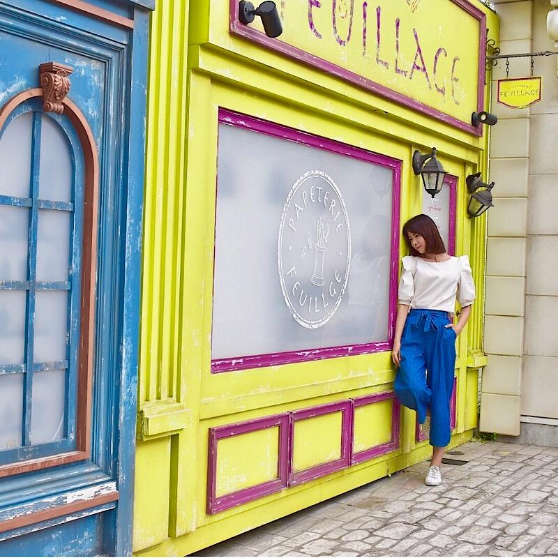 リサとガスパールタウンの黄色と青の外壁