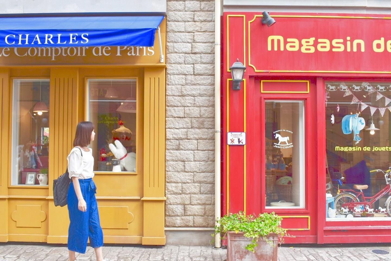 リサとガスパールタウンの赤と黄色の店舗