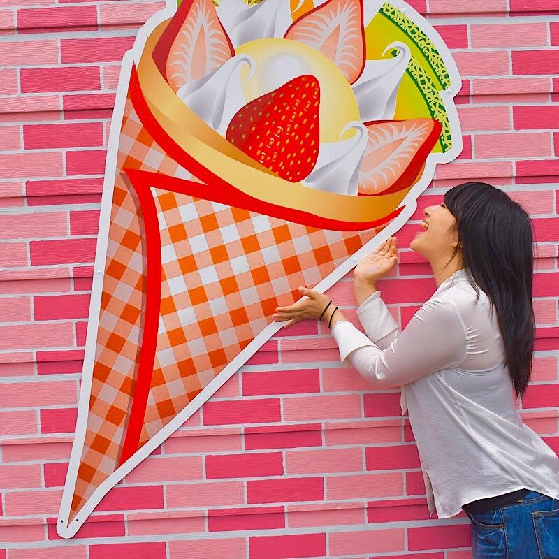 ピンクのクレープ壁画