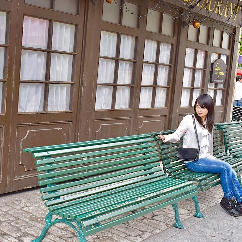 リサとガスパールタウンのおしゃれな扉とベンチ