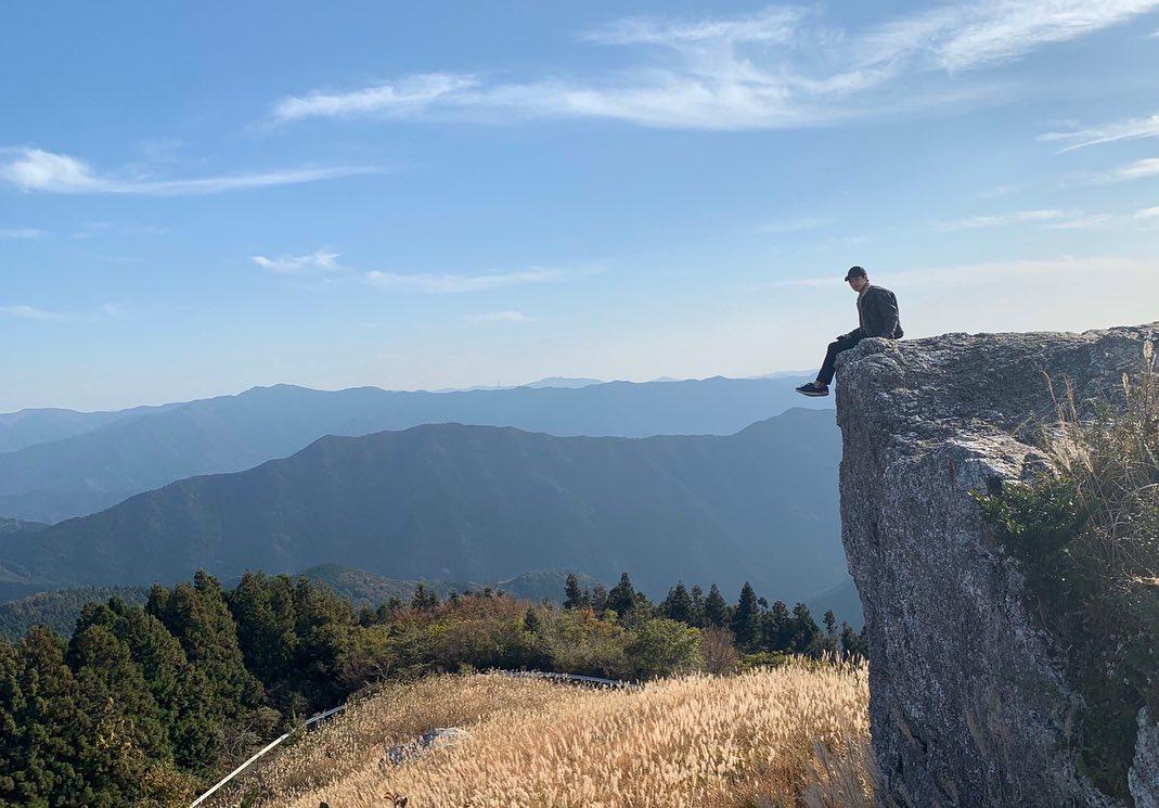 崖の端っこで撮影した写真がインスタで話題!生石高原の見どころや ...