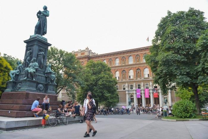 Schillerplatz(絵画ギャラリー)