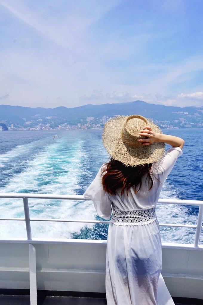 フェリーから海を眺めるデッキ